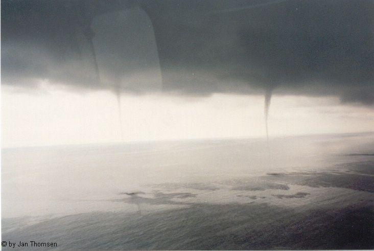 Bilder von 4 tromben vor r gen 1999 for Fenster immer im vordergrund
